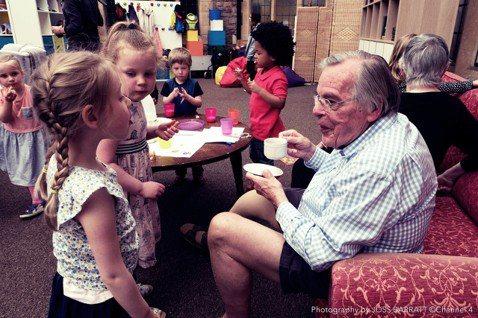《我的爺奶同學》進行了一場社會實驗,讓3、4歲幼兒和70、80歲的爺爺奶奶一起當...