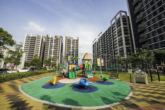 林板新特區內,規劃有籃球場、兒童遊戲區等設備,住家與公園融合為一體,天天健康又樂...