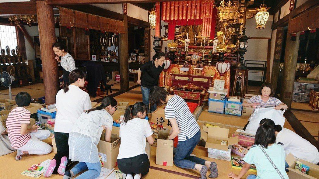 志工整理零食箱。圖/翻攝寺廟零食俱樂部