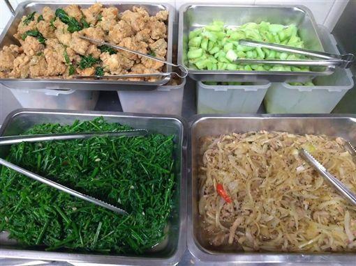 網友煮了員工餐,卻遭到同事嫌棄菜色「不怎麼樣」,讓他氣得質問「不知道什麼叫尊重?...