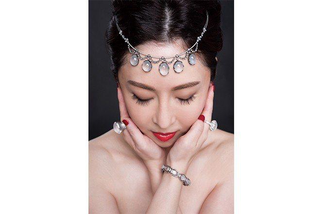 鄭書瑄小姐穿戴自己設計的翡翠戒指。