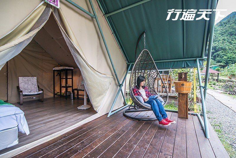 帳篷外的陽台有搖椅可休憩  攝影|行遍天下