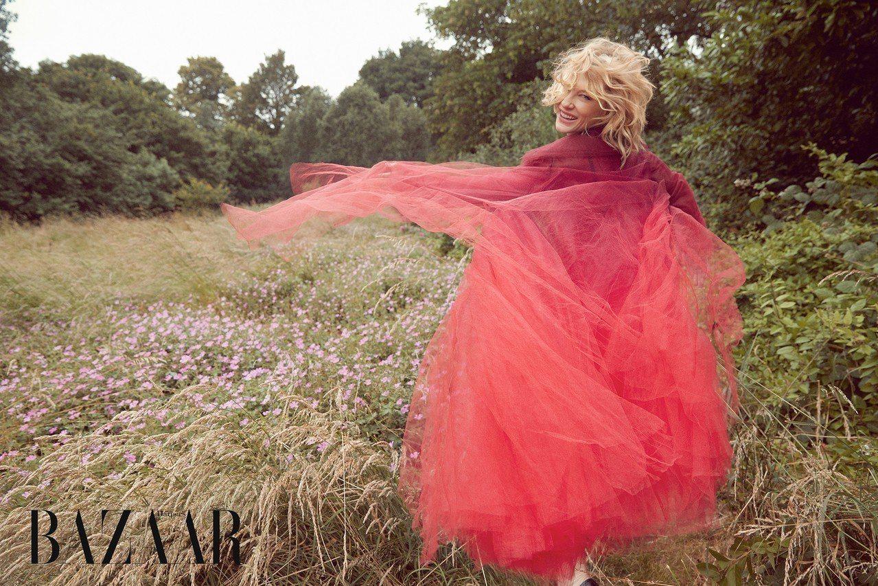 薄紗大衣、絲質洋裝,Oscar de la Renta;鞋,Erdem。