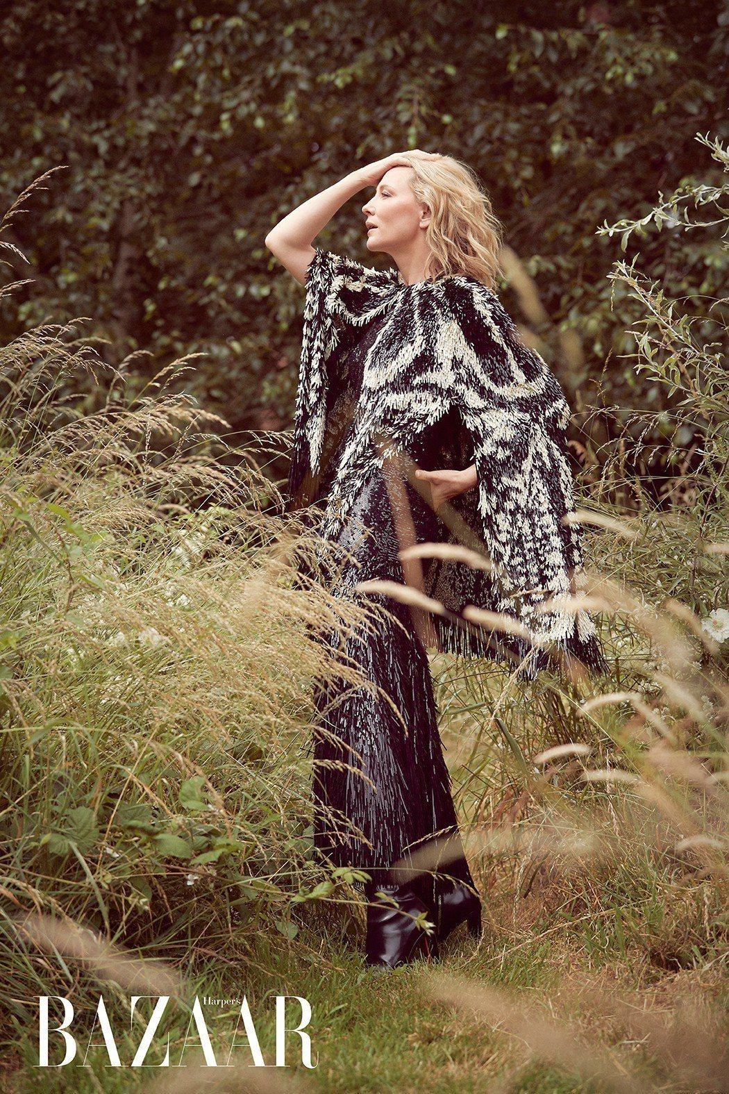 斗篷、洋裝、靴,Alexander McQueen