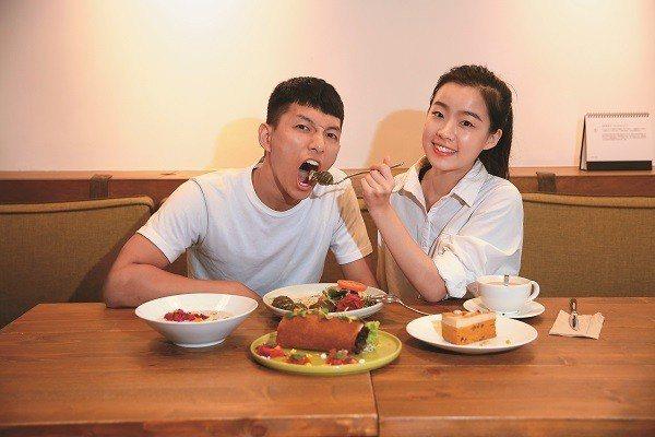 「找蔬食Traveggo」由Yang(左)與Hao(右)拍攝年輕活潑的影片,介紹...