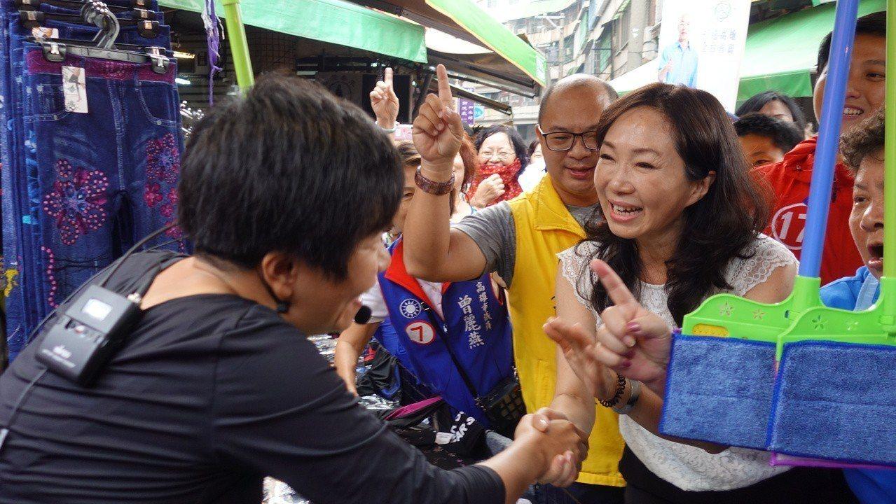韓國瑜妻子李佳芬(右)到菜市場掃街,。圖/報系資料照