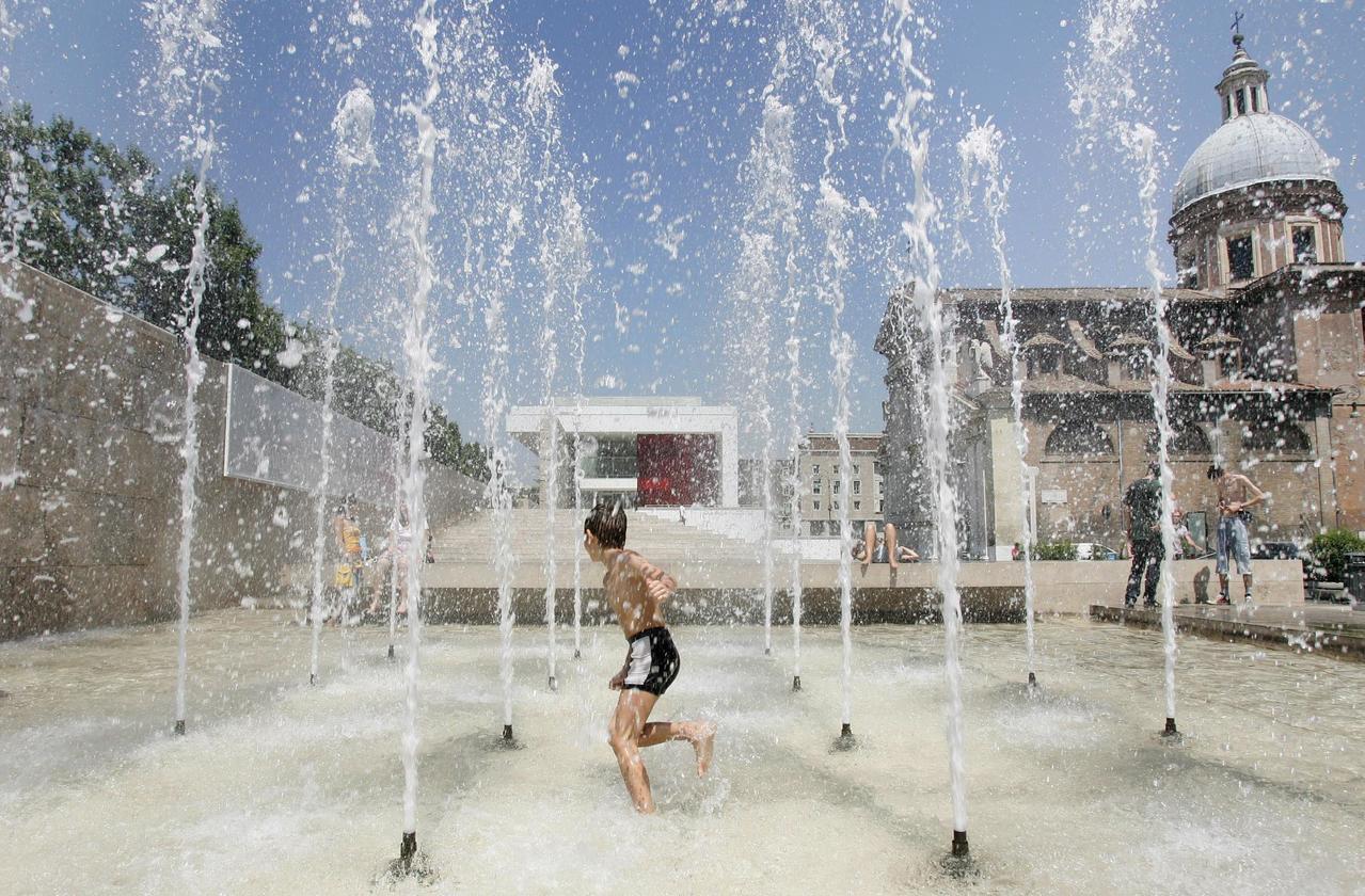 義大利羅馬市議會新法禁止民眾在噴水池戲水,圖為一名男孩在羅馬和平祭壇博物館前的水...