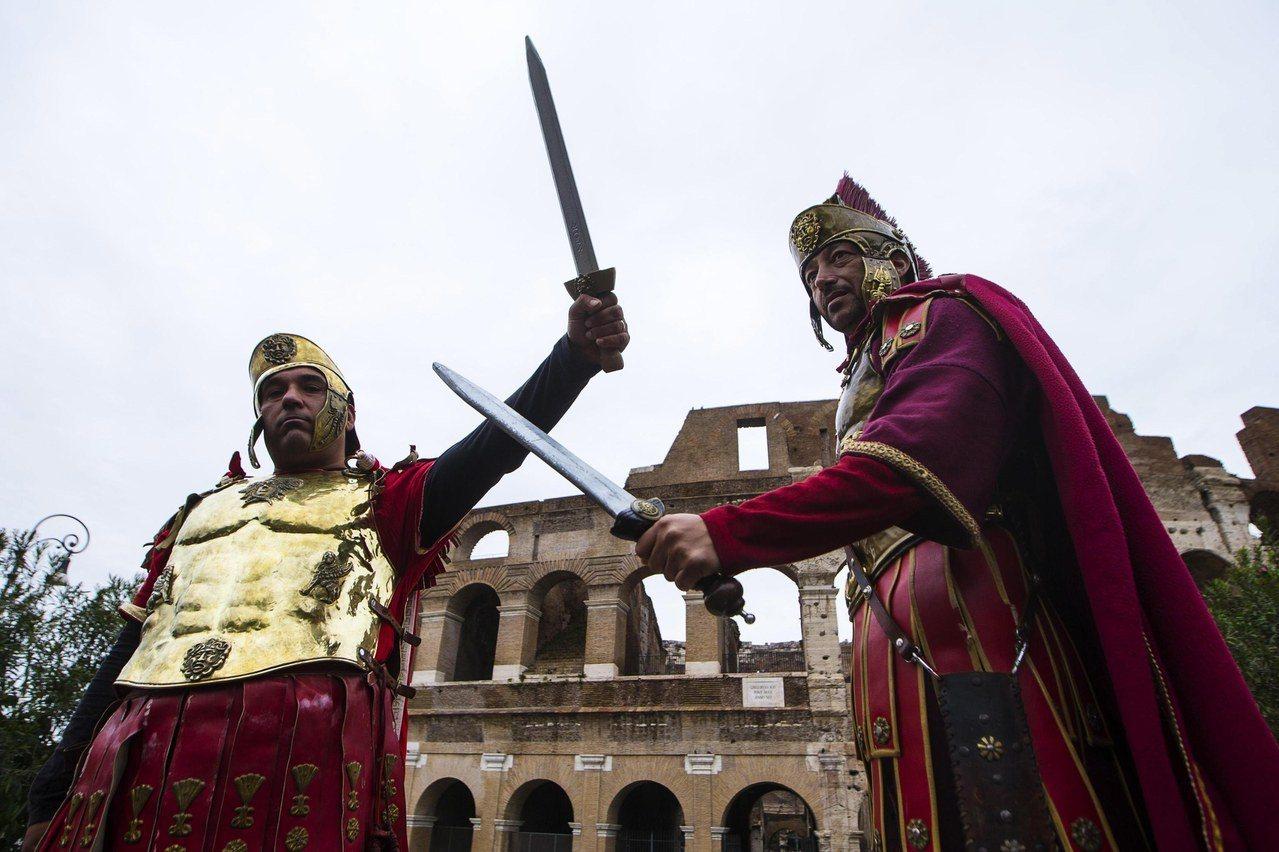 羅馬市議會新法規定,裝扮成羅馬戰士者不得向遊客收費合影,違者最高處以400歐元罰...