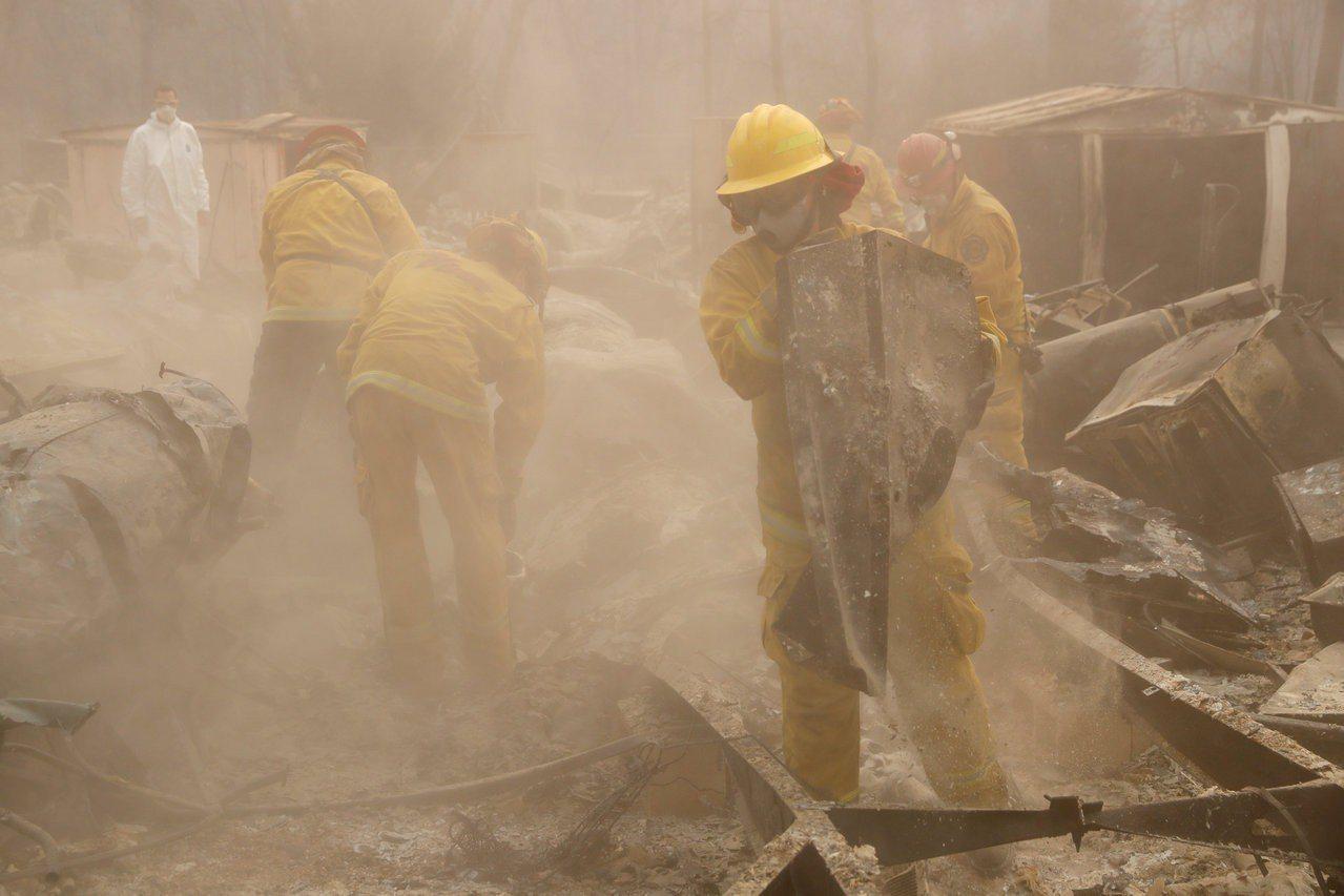 搜救人員在廢墟中尋找罹難者遺體。路透