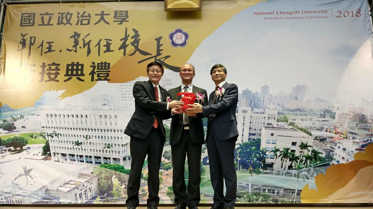教育部常務長長林騰蛟(中)今天代表教育部出席政治大學交接典禮。記者林良齊/攝影