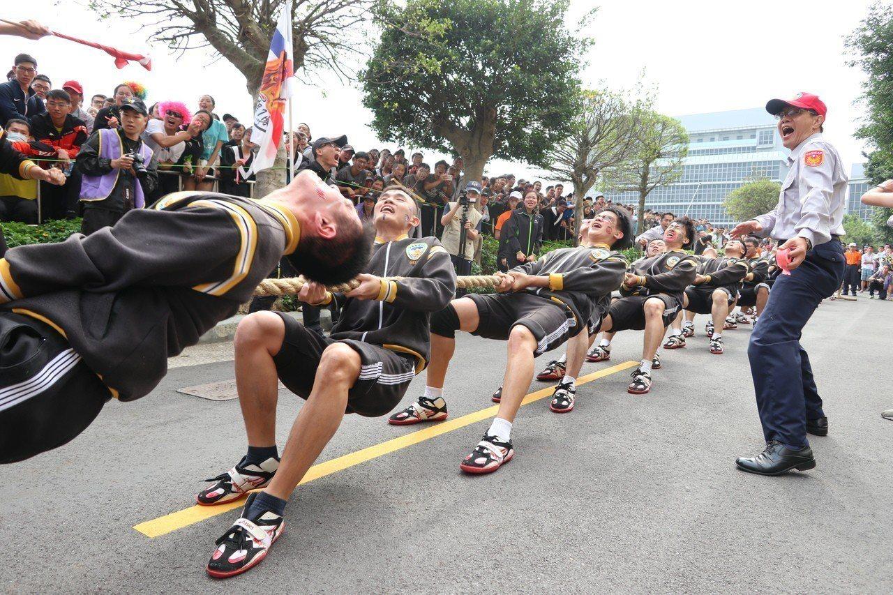 警大運動會20人制的拔河比賽,是警大最傳統、也最能凝聚團隊向心力的比賽。記者許政...