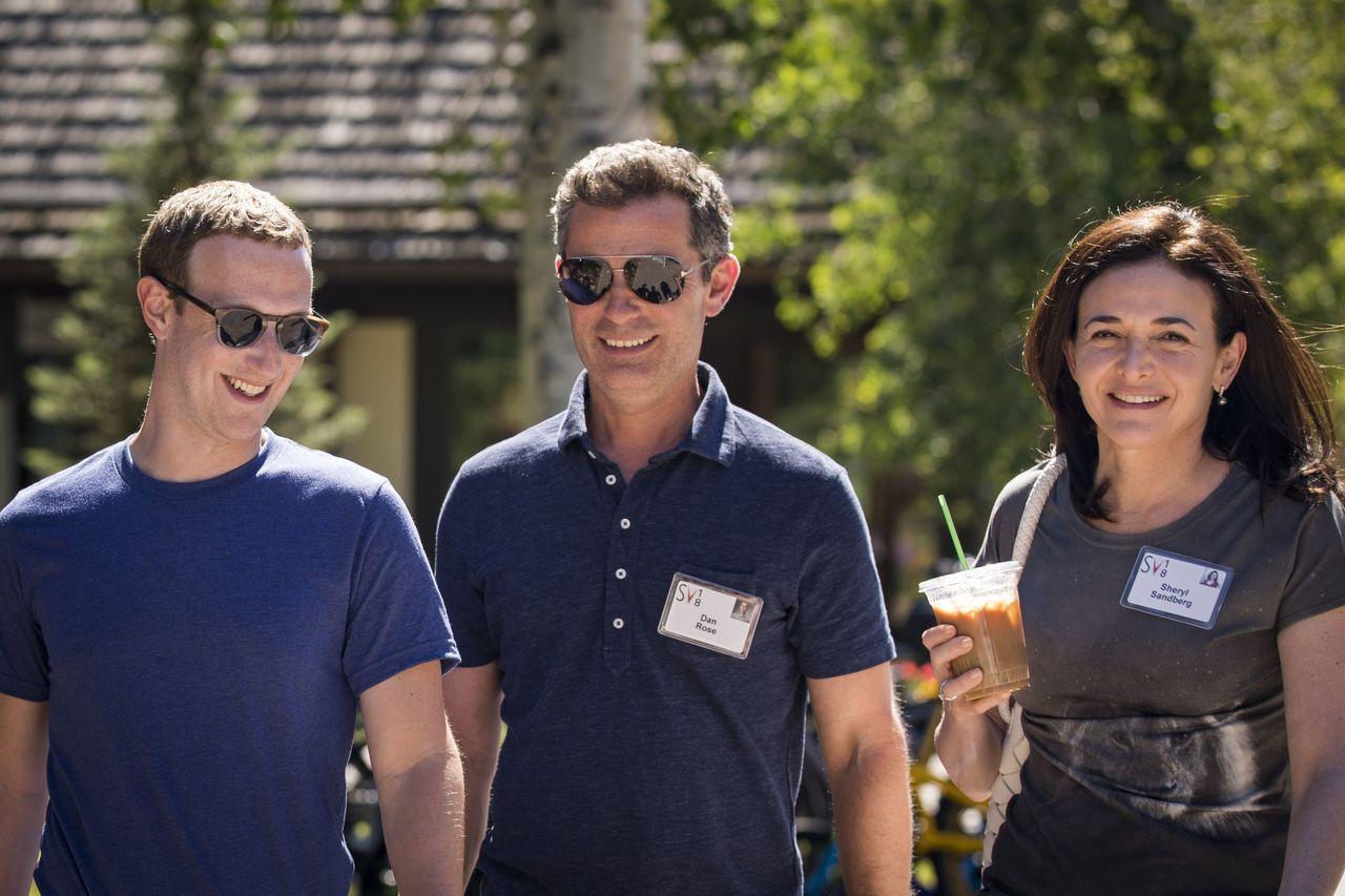 32個民權團體今天呼籲臉書公司應免去董事長兼執行長祖克柏(左)、營運長桑德柏格(...