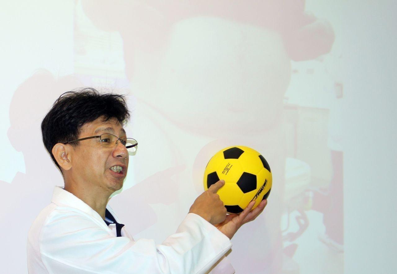 醫師蔡金宏說明,61歲盧姓工人怕手術影響工作,疝氣一拖8年,直到疝氣大如足球。圖...