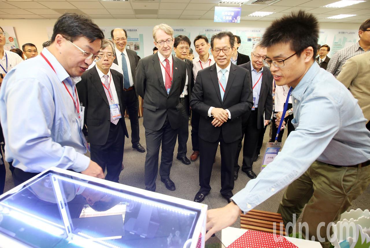 環保署舉辦「環境感測物聯網與產業創新研討會」,現場同時展出多項產品,環保署長李應...