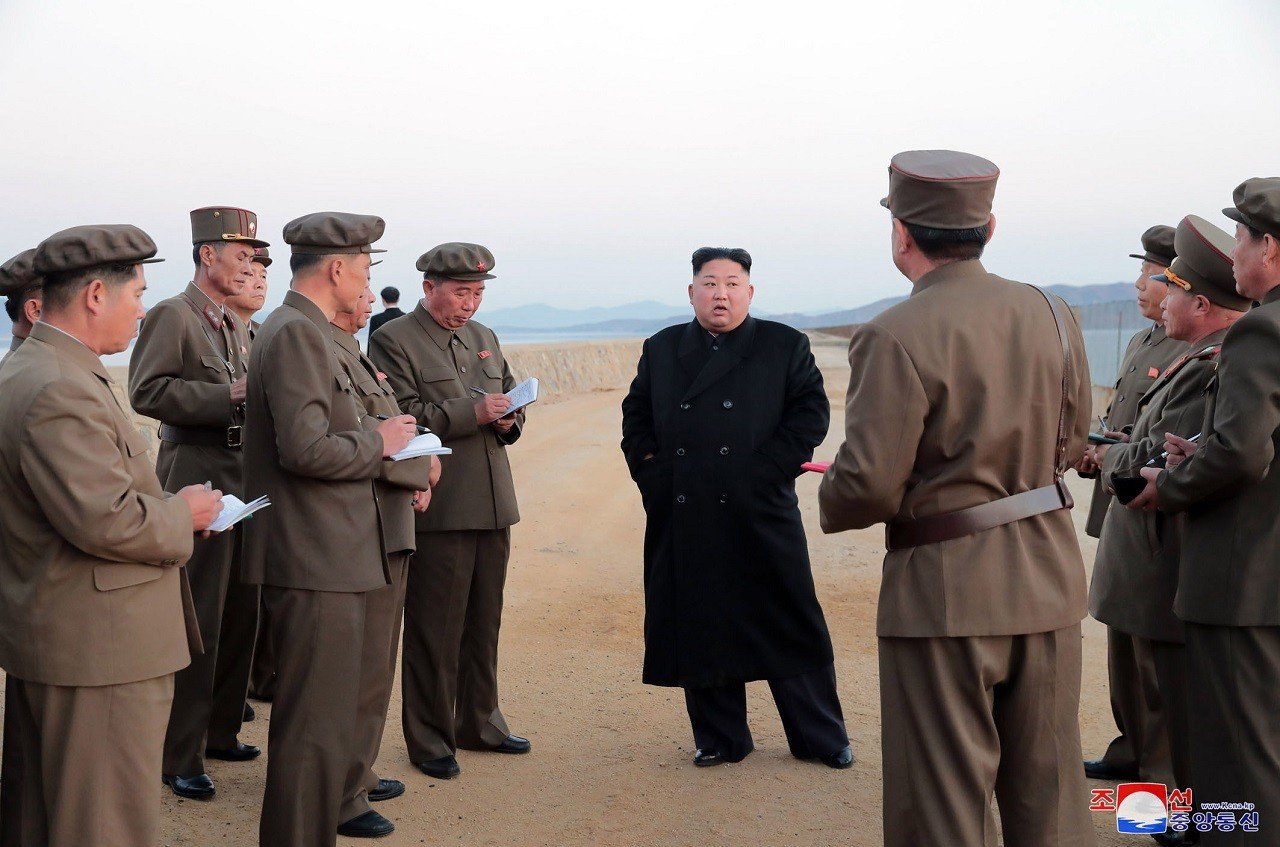 北韓官媒16日釋出金正恩正在北韓國防科學院視察新研發戰術武器測試的照片,並未見到...