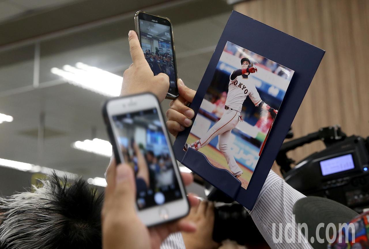 旅日球星陽岱鋼下午搭機從松山機場返國,球迷拿起手機搶拍。記者余承翰/攝影