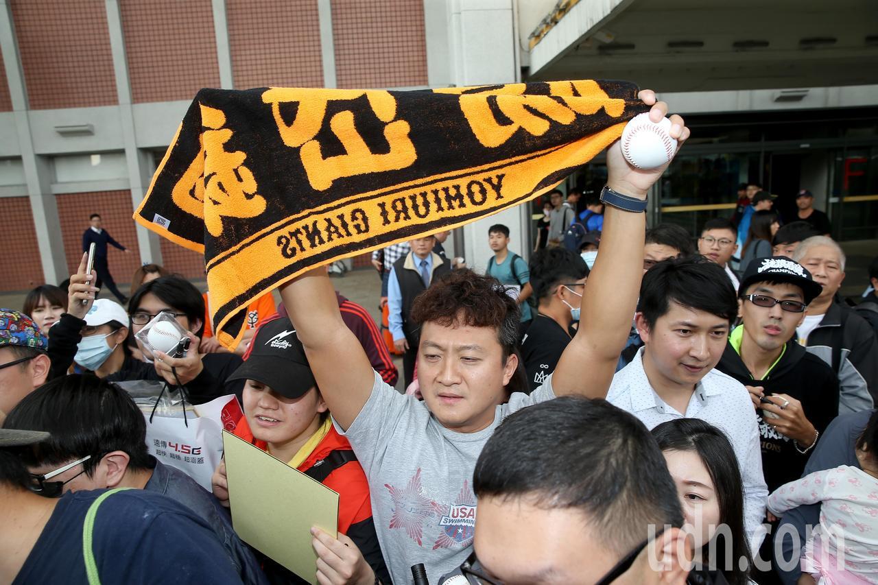 旅日球星陽岱鋼下午搭機從松山機場返國,球迷爭相搶著要簽名。記者余承翰/攝影