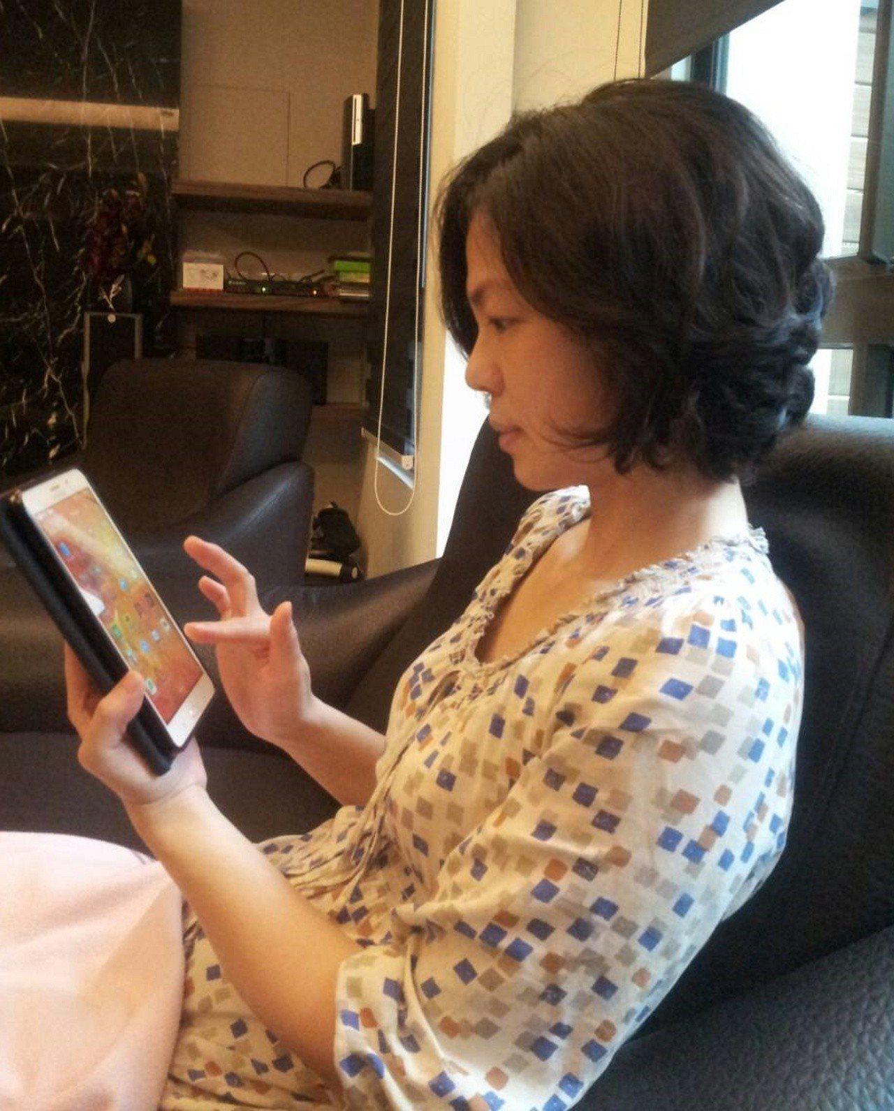 醫師推估,因過度使用手機,造成眩暈症的患者,未來會愈來愈多。 本報資料照片