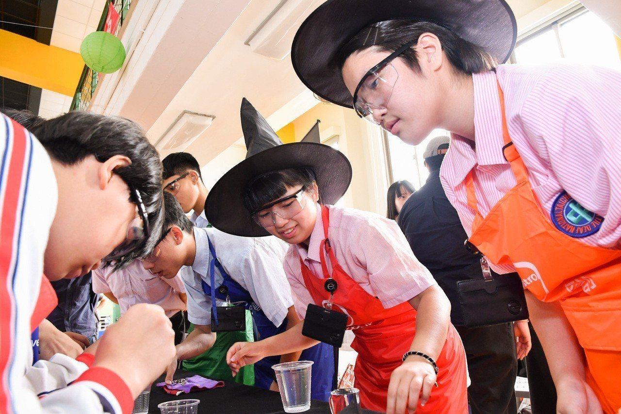 「小小材料魔法師特訓」則旨在利用生活中常見的材料,透過學科整合的實驗設計,帶領孩...