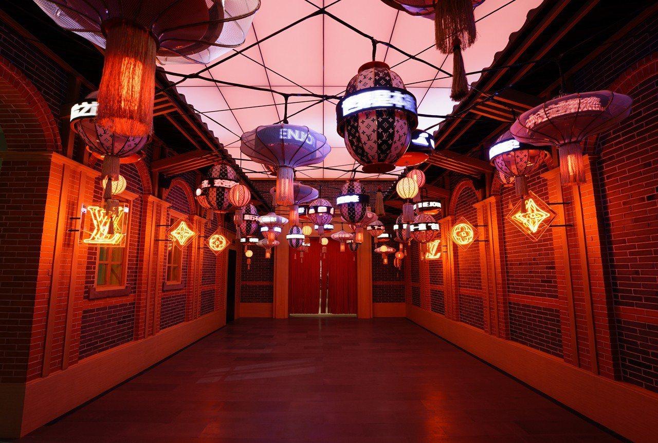 上海「飛行、航行、旅行」特展的訂製服展區空間為大陸藝術家何岸設計的霓虹燈裝置藝術...