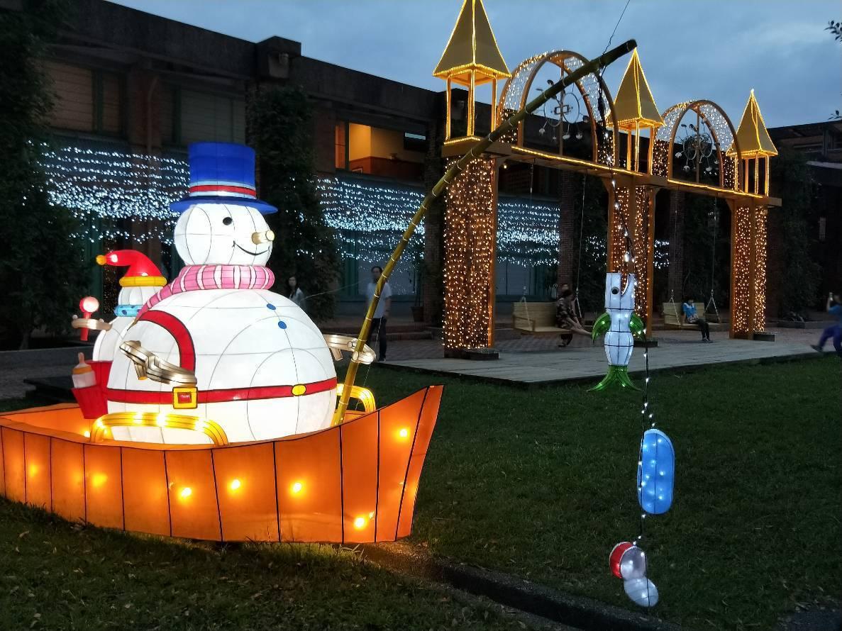 除了以「奇幻」為構想的裝置藝術,聖誕節也絕對少不了雪人、麋鹿、聖誕老公公等經典特...