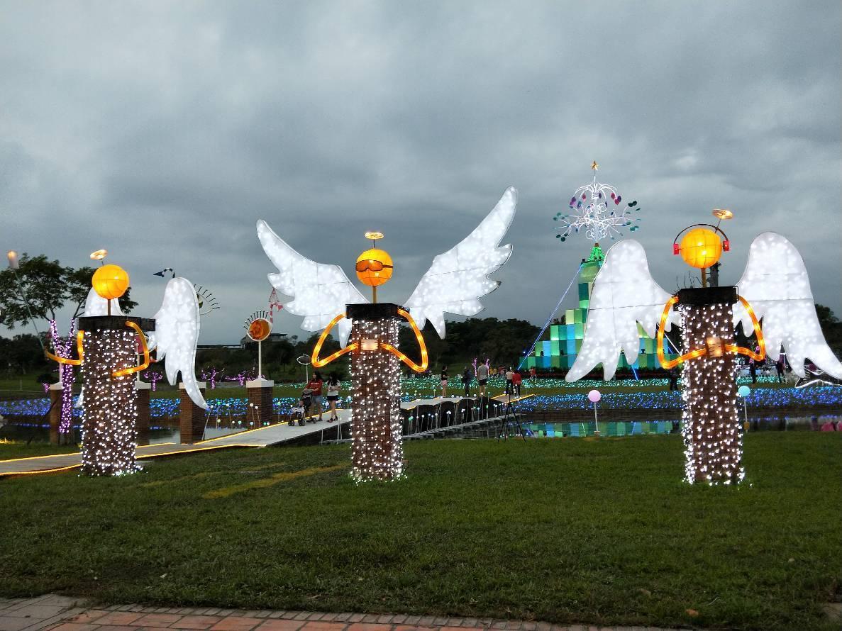 今年的宜蘭耶誕燈飾以「奇幻耶誕」為主題,在今天下午正式點燈啟動,其中「奇」代表著...