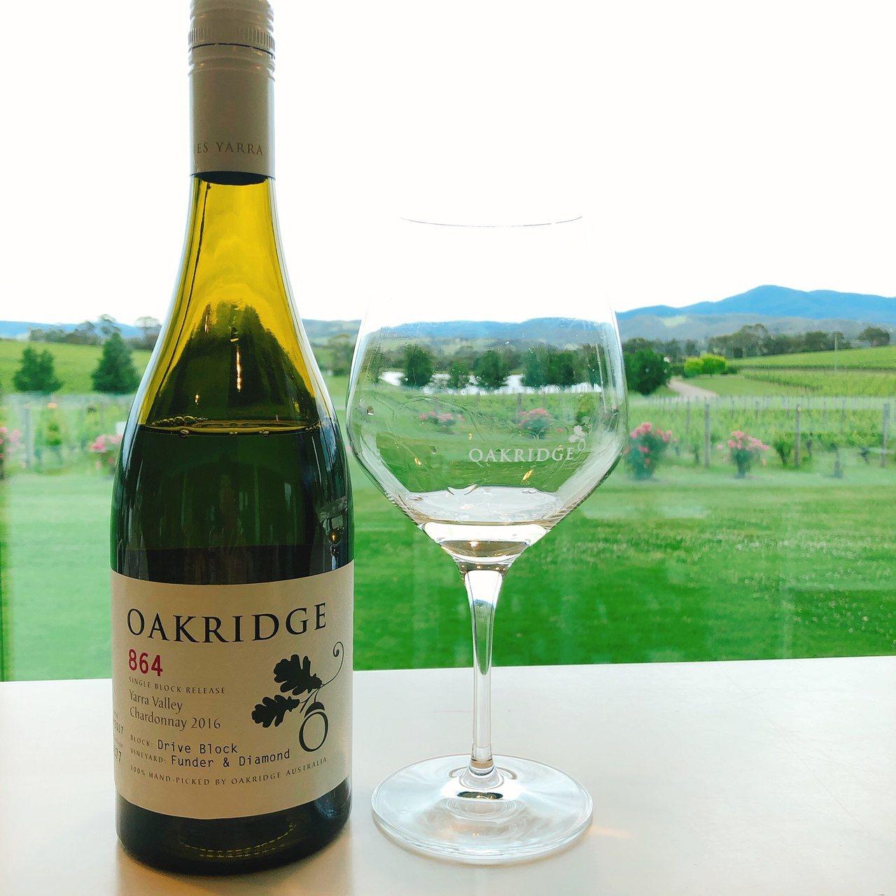 Oakridge酒莊品酒吧台望去,成排整齊葡萄樹與前導玫瑰。記者錢欽青攝影。...