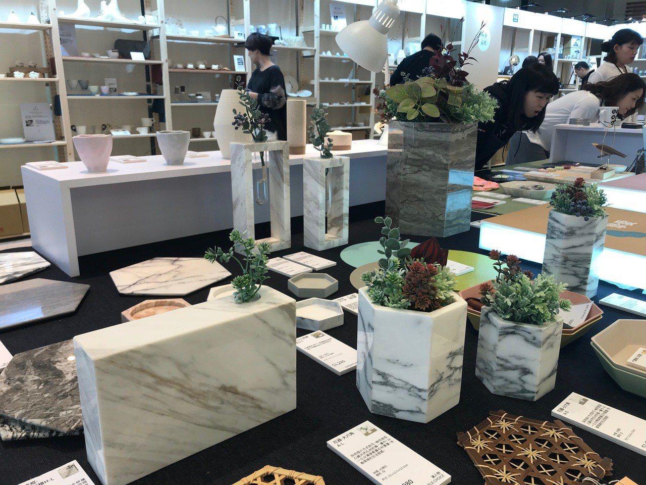 新藝商號的各式花器設計。記者江佩君/攝影