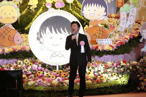 日本動漫「櫻桃小丸子」的作者櫻桃子今年8月不敵癌症侵襲,在53歲壯年之際辭世。今天日本為她舉行感謝追思會,超過千人到場致意,感謝她帶給大家美好的童年回憶。會場以櫻桃子的畫像取代遺照,搭配所有「櫻桃小...