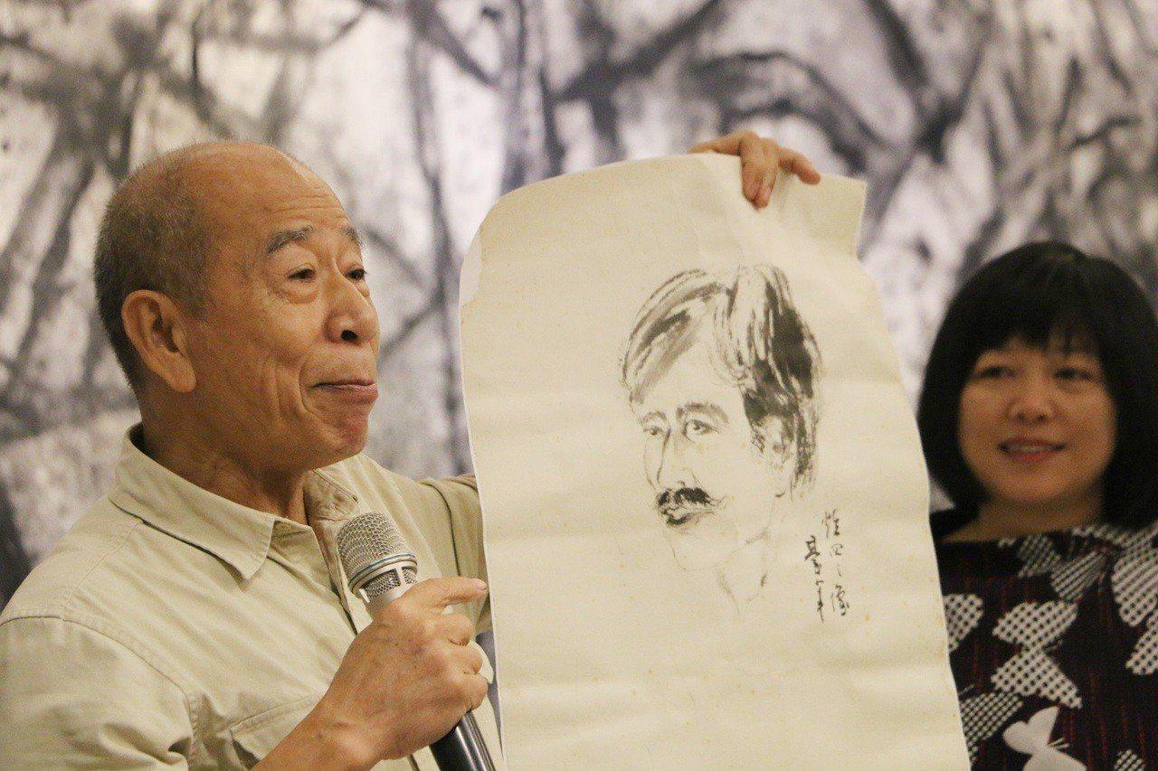 吳炫三展示歐豪年40年前為他所畫的「炫四」畫像。圖/國父紀念館提供
