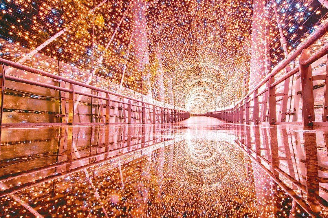 今年新北市歡樂耶誕城首度利用市府大樓二樓迴廊結構,裝設高達900支的LED點控燈...