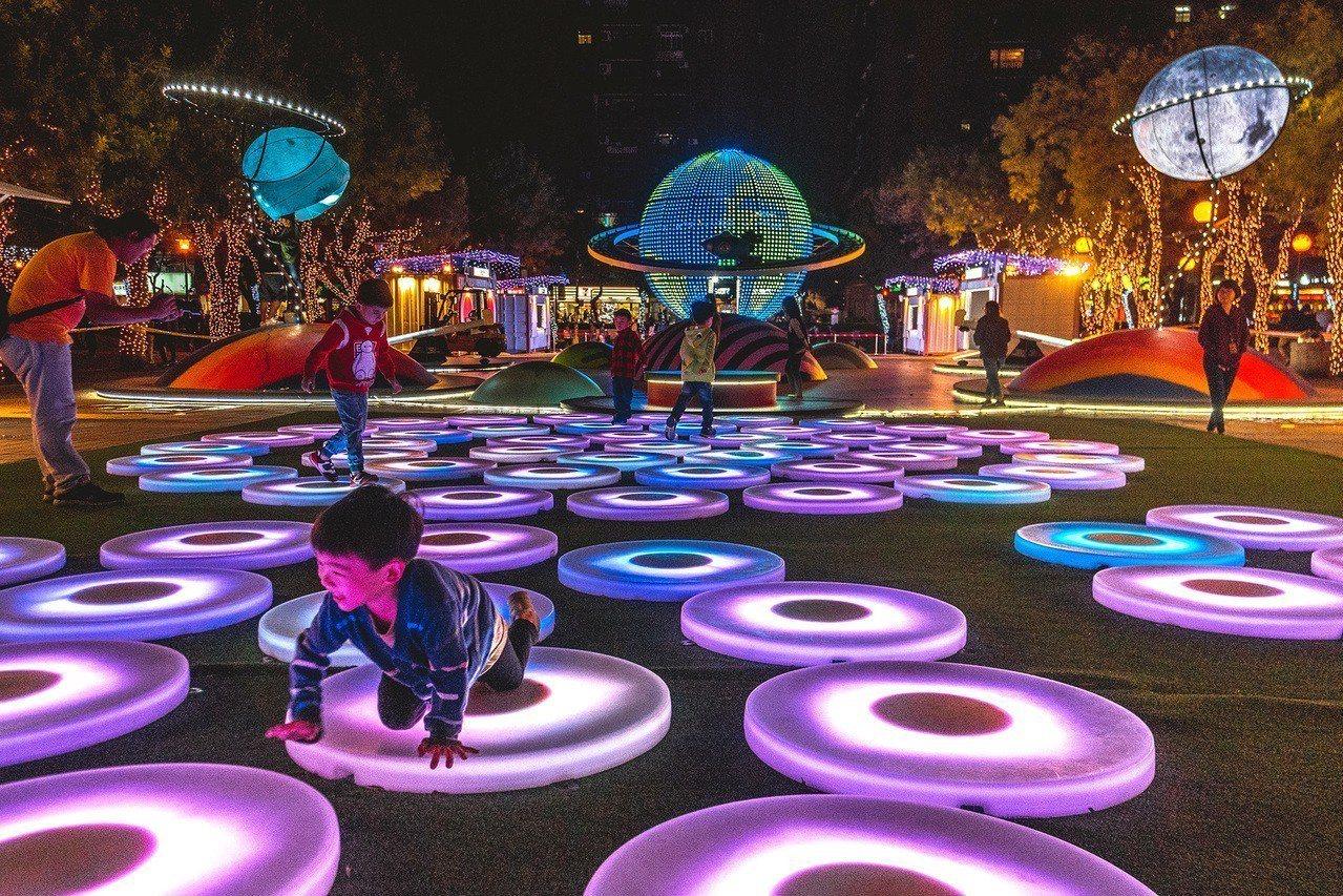 今年耶誕城也有展出美國知名互動藝術裝置「許願星池(The Pool)」,結合尖端...