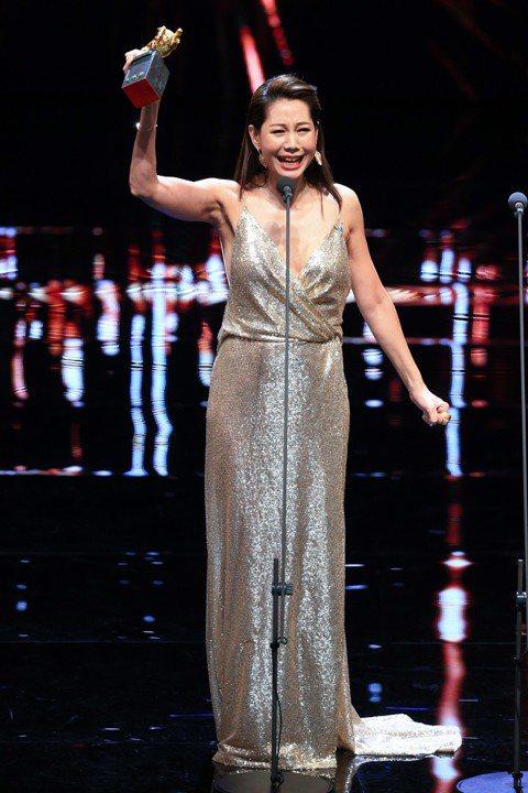 丁寧以「幸福城市」拿下第55屆金馬獎最佳女配角獎,成為今晚第一位得獎的台灣演員,她在台上除了感謝自己的家人、老公、經紀公司及「幸福城市」工作人員,還感謝同志朋友:「因為你們捍衛自己尊嚴跟愛,成為我的...