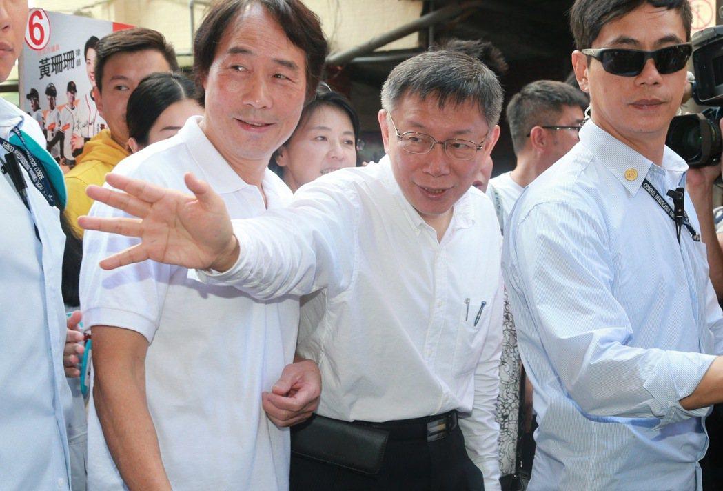 台北市長柯文哲(中)認為競選對手丁守中的白開水競選廣告,「影片本身就很無趣,所以...