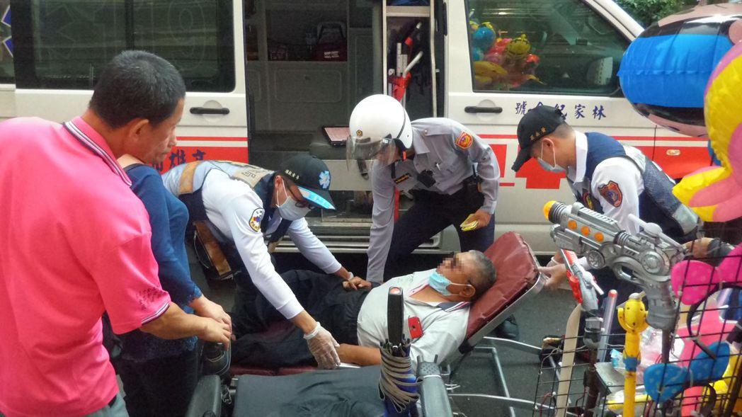 一位攤商追著韓國瑜四處跑,日前在岡山突然昏倒,警消將他抬上擔架送醫。 圖/聯合報...