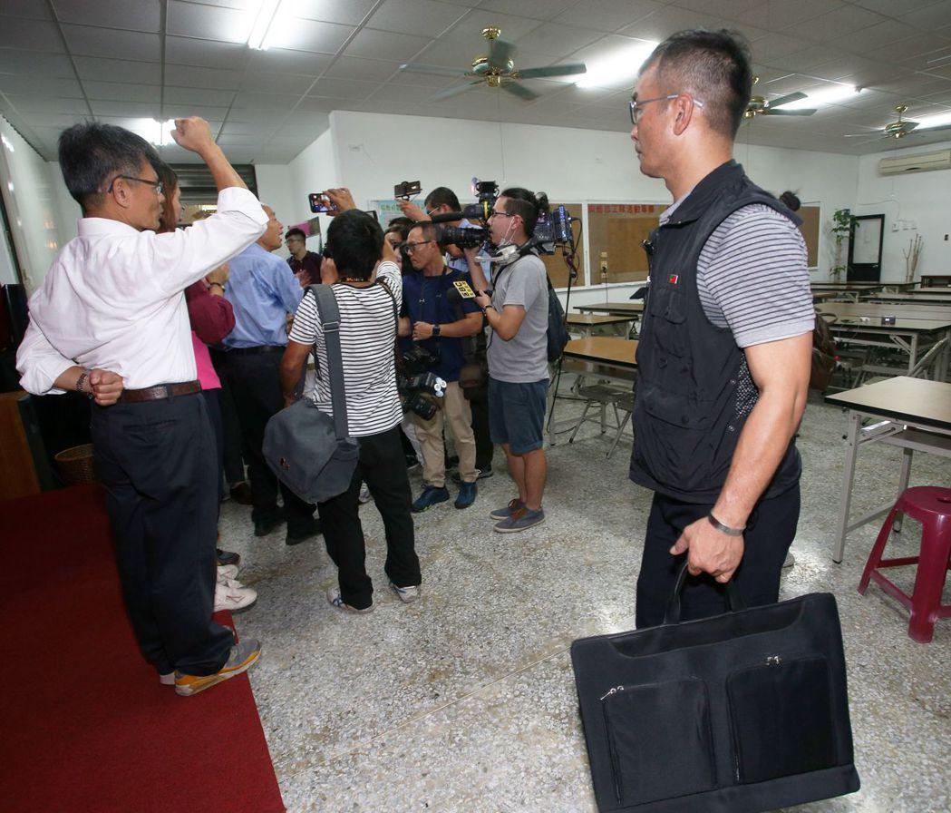 韓國瑜日前到林園區廣應廟演布袋戲,員警在一旁拿盾牌保護。 圖/聯合報系資料照片