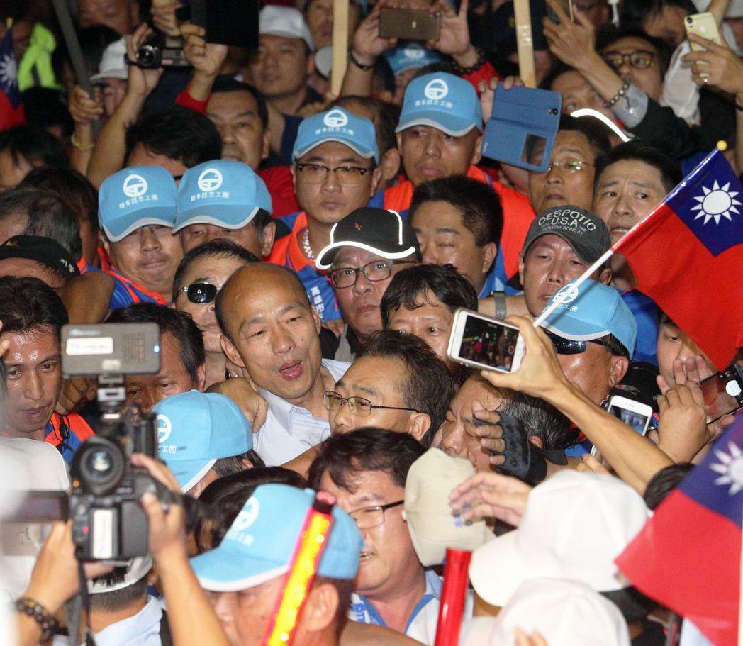 韓國瑜大進場時,常有很多支持者擠向前和他握手,甚至摸他的頭。 圖/聯合報系資料照...