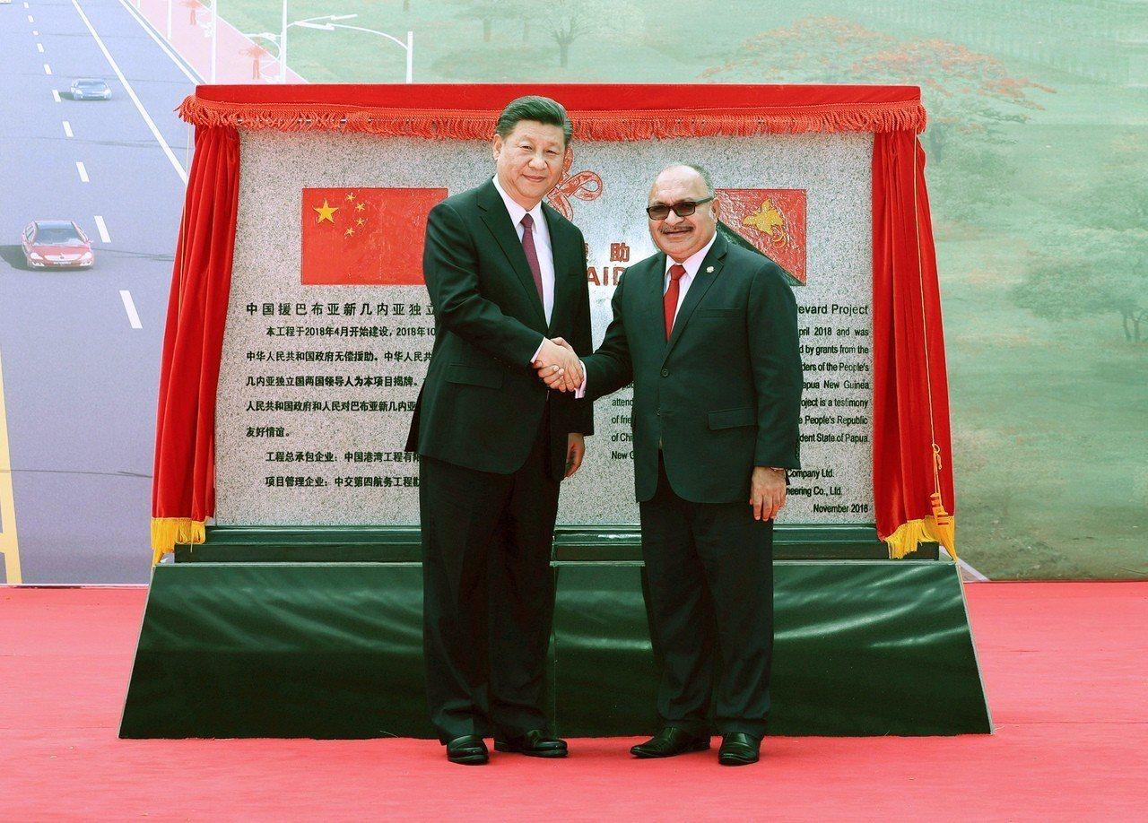 圖為中國大陸領導人習近平(左)與巴布亞紐幾內亞總理歐尼爾(右)。 新華社