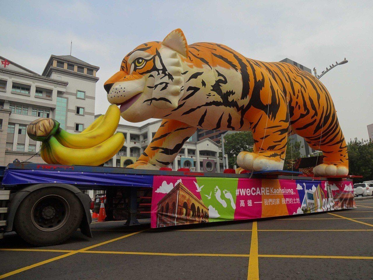 「#weCARE高雄大氣球遊行」17日下午在高雄市文化中心前登場,主辦單位事前為...