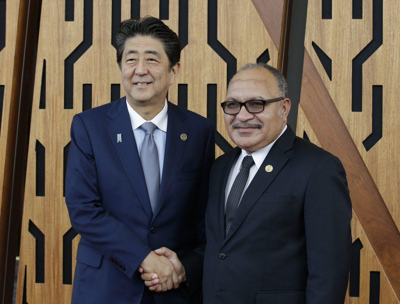圖為日本首相安倍晉三(左)與巴布亞紐幾內亞總理歐尼爾(右)。 美聯社