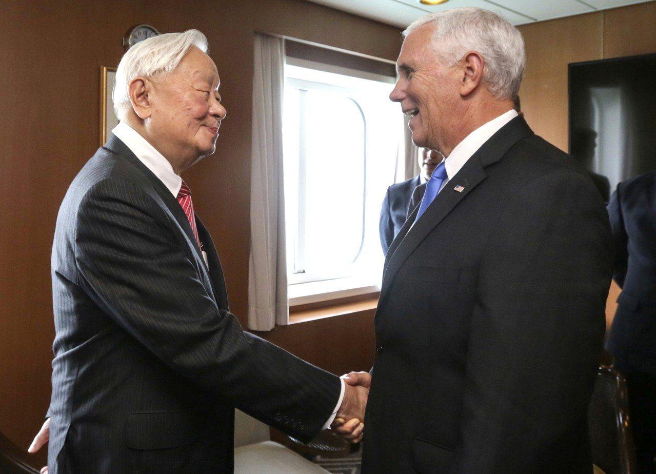 APEC領袖代表張忠謀(左)17日與美國副總統彭斯(右)在APEC場邊舉行會談。...
