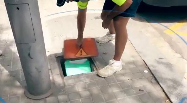 警方發現攤商將製作雞尾酒的材料儲存在路邊水溝蓋下。圖/取自《太陽報》