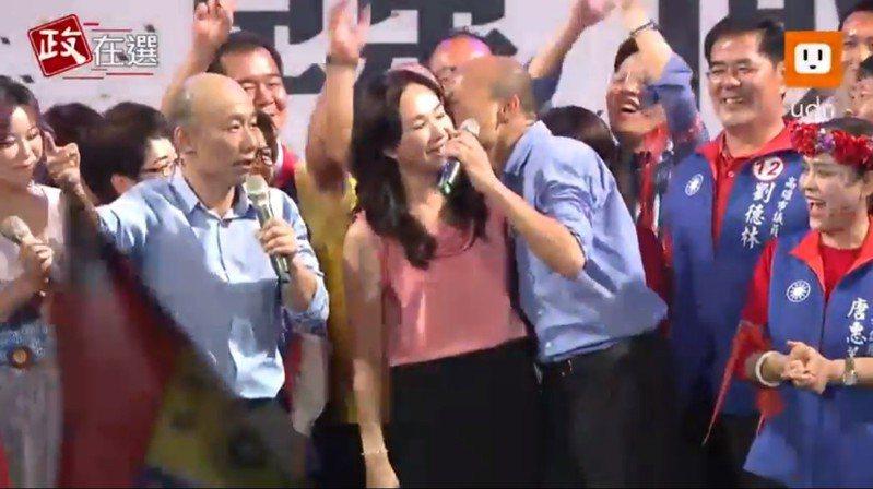 韓國瑜當眾親吻愛妻李佳芬。 圖/擷自udn直播畫面