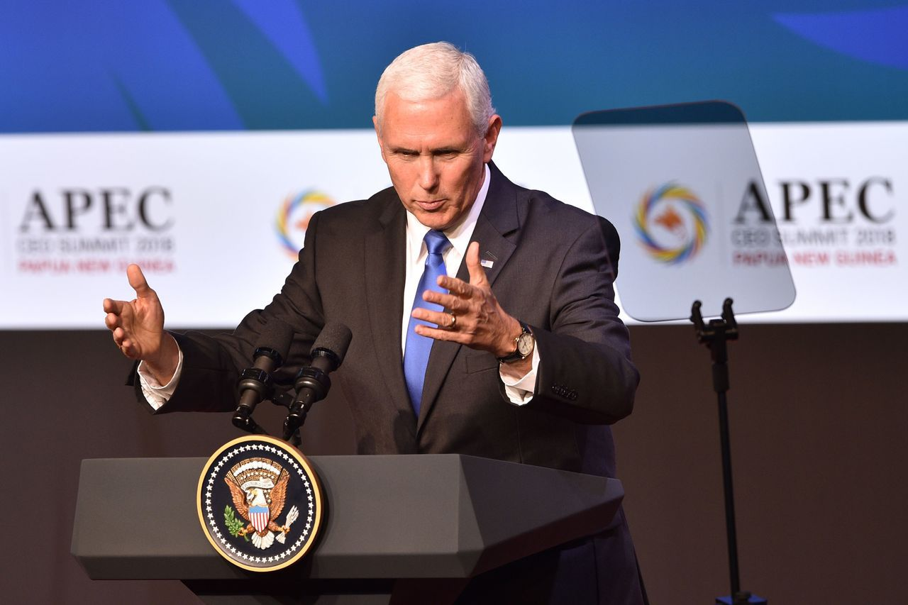 美國副總統潘斯17日在亞太經合會(APEC)領袖峰會前的企業論壇上發表演說。法新...