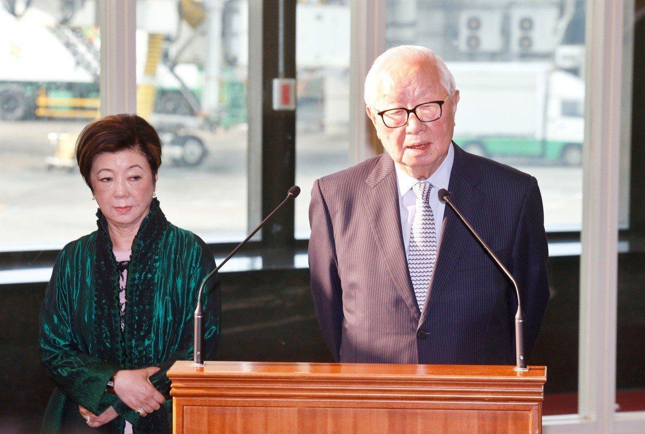 亞太經合會我國領袖代表張忠謀(右)與夫人張淑芬(左)昨天出發。記者鄭超文/攝影