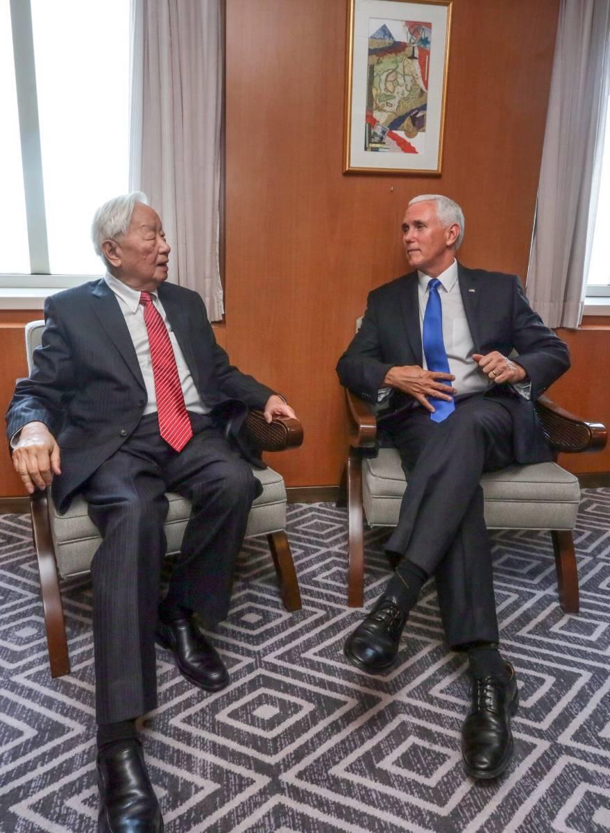 外交部發布APEC領袖代表張忠謀(左)和美國副總統潘斯會面的照片。圖/取自外交部...