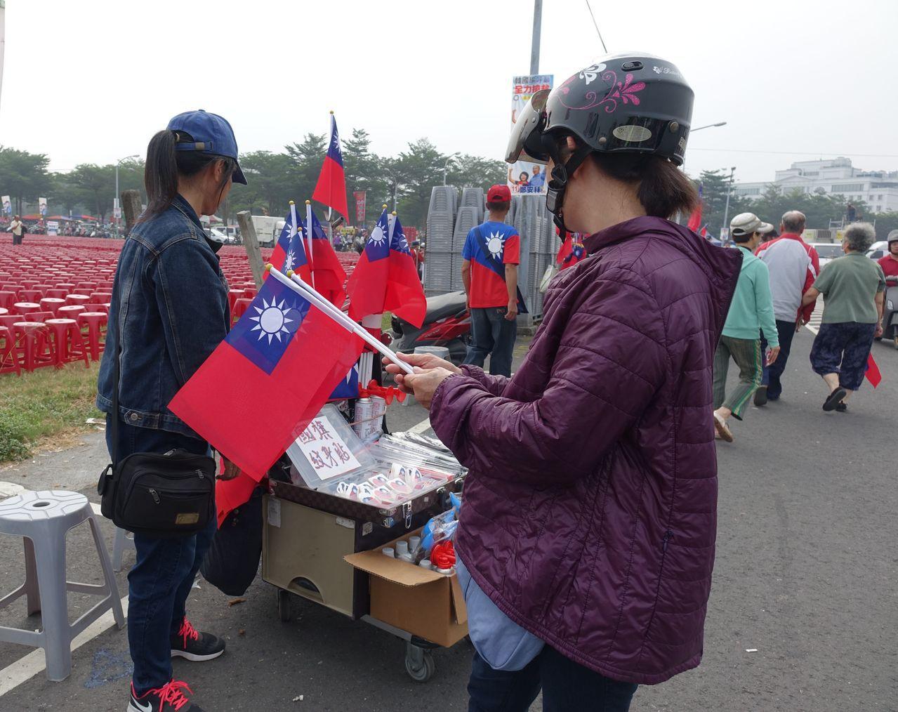國民黨高雄市長候選人韓國瑜多場造勢,帶起小國旗生意。記者楊濡嘉/攝影