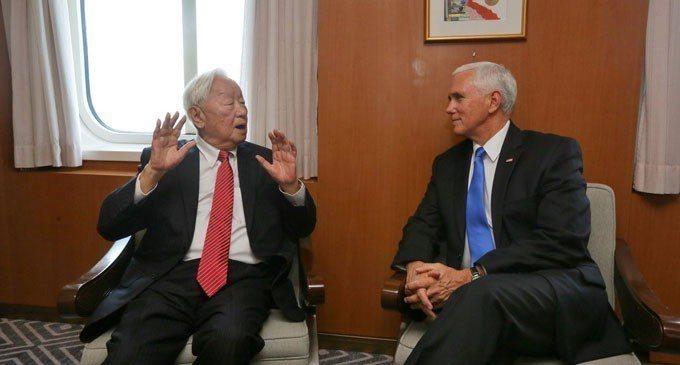 美國副總統潘斯17日在APEC場邊會晤了代表我國領袖的台積電創辦人張忠謀。取自推...