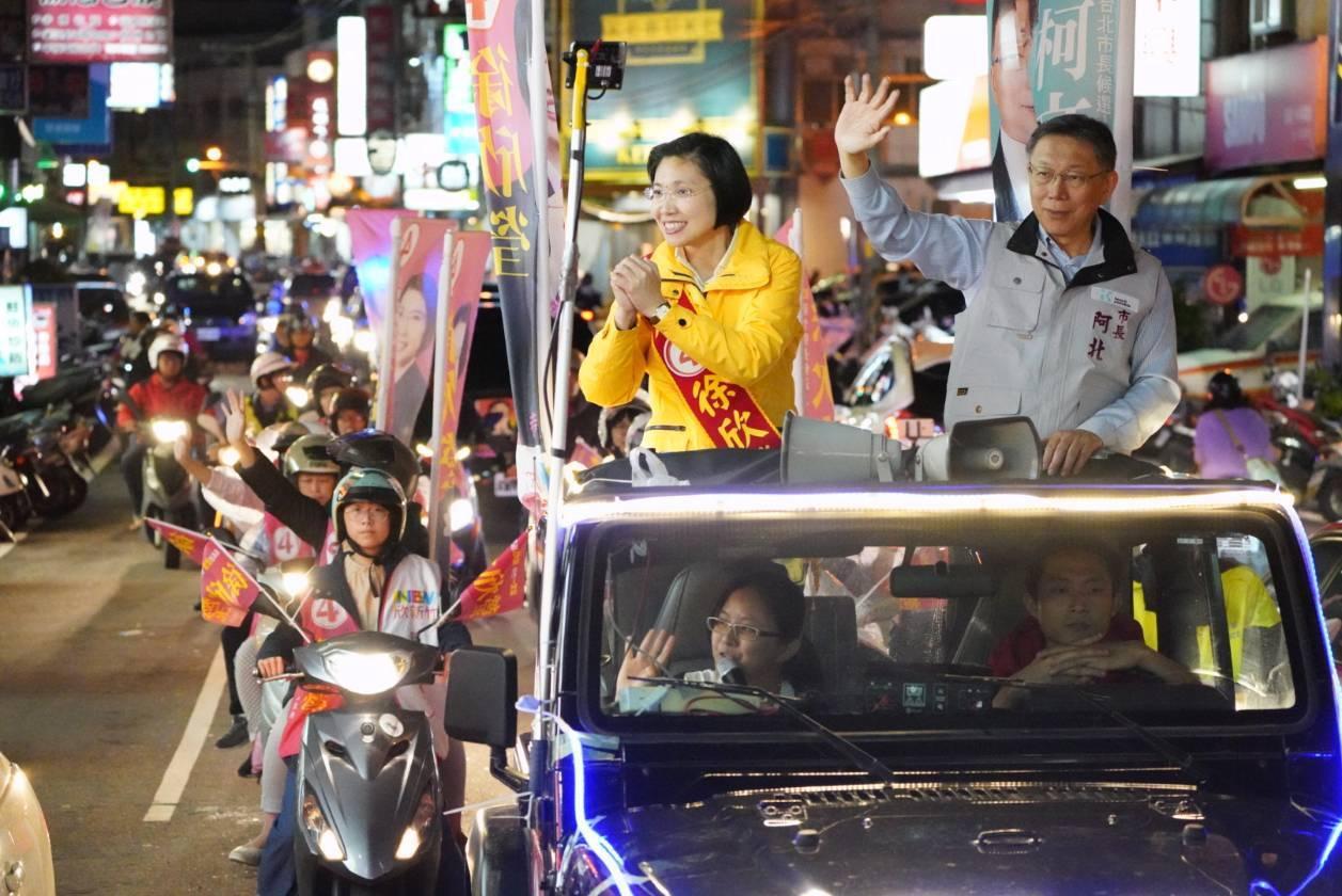 柯文哲(右)今天到新竹縣陪徐欣瑩(左)以車隊掃街拜票。記者郭宣彣/攝影
