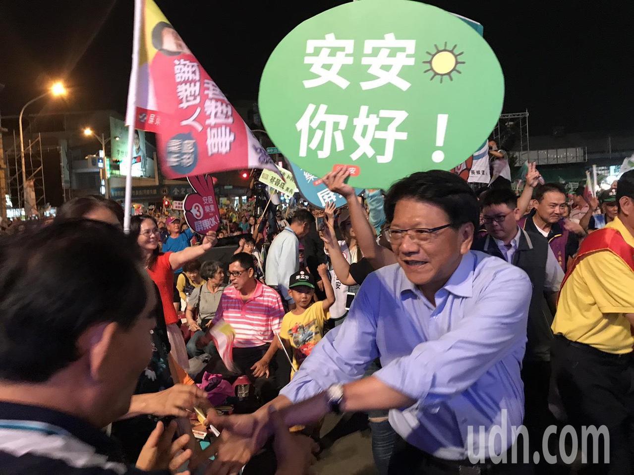 民進黨屏東縣長候選人潘孟安6點20分在民眾歡呼聲中進場。記者蔣繼平/翻攝